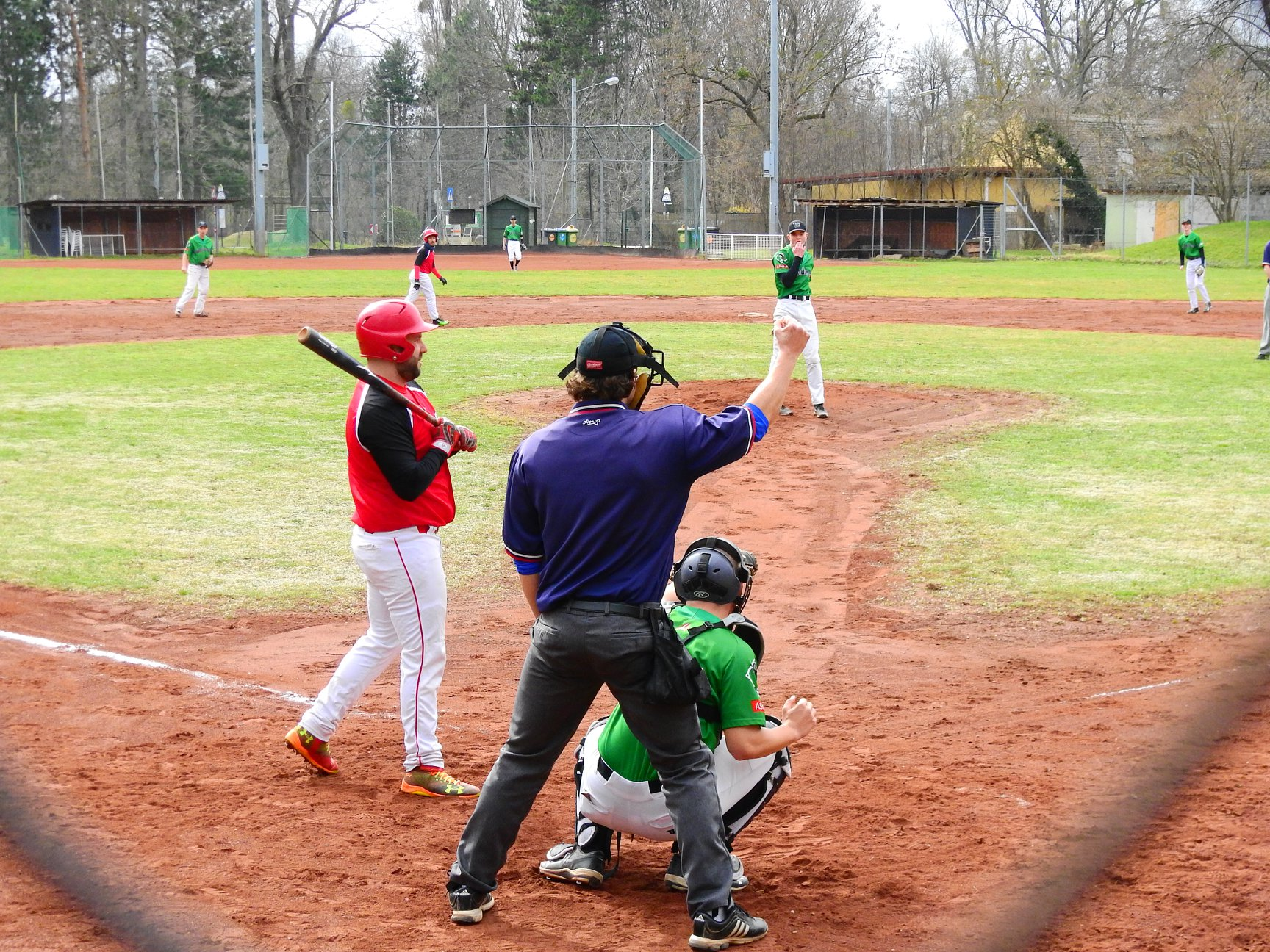 Der Umpire signalisiert einen Strike
