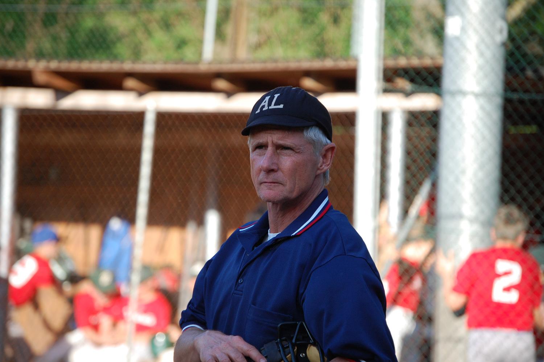 Der Umpire überwacht das Spiel!